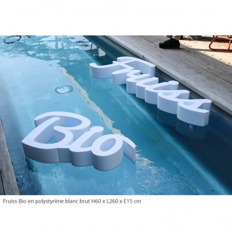 Logo Fruiss Bio géant en polystyrène évènements professionnels polystyrène brut blanc lettres flottantes dans une piscine