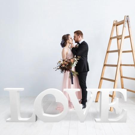 Love en polystyrène pour mariage et saint-valentin photographie en lifestyle devant mari et femme