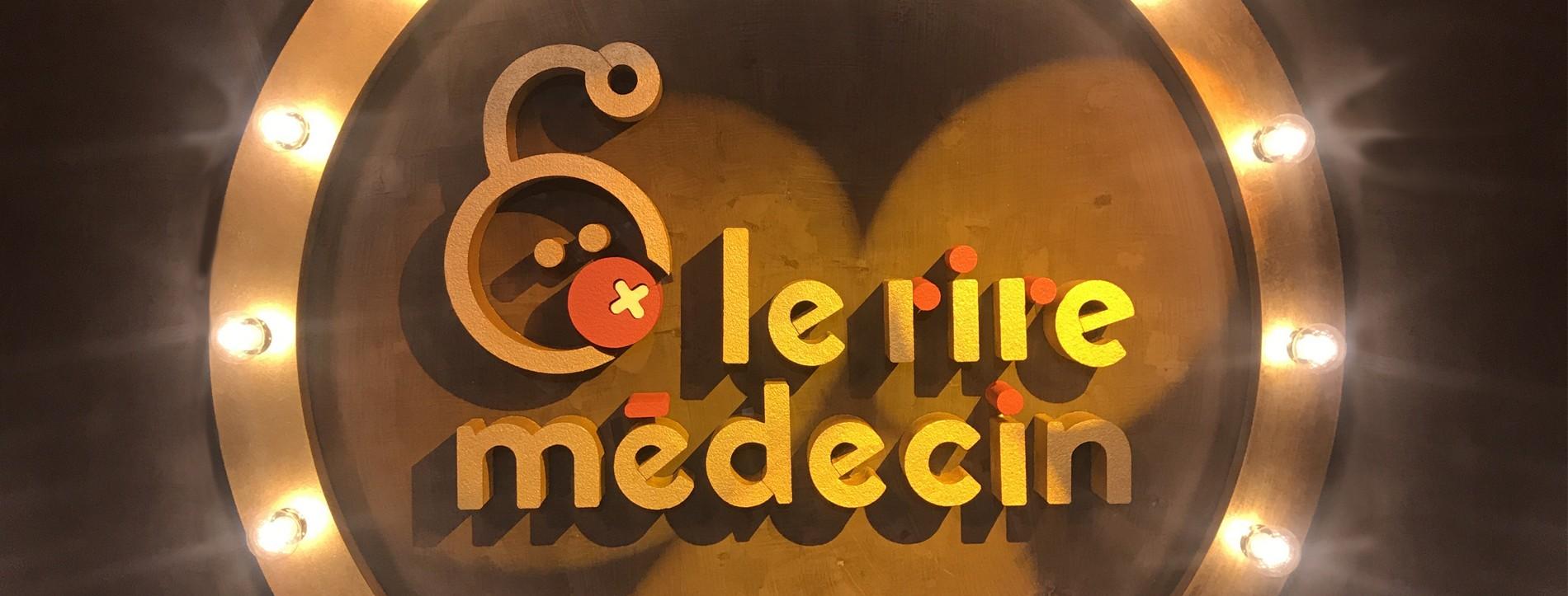 Le Rire Médecin logo en polystyrène peinture lettres géantes évènementiel entreprise